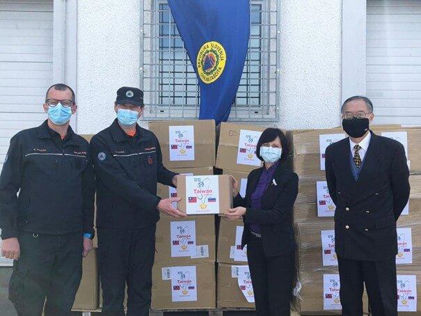 Foto: Namestnik generalnega direktorja Uprave RS za zaščito in reševanje, Stanislav Lotrič, prejema donacijo tajvanske vlade, ki jo je izročila vodja tajvanskega predstavništva v Avstriji Vanessa Shih (Vir: Tajvansko predstavništvo na Dunaju)