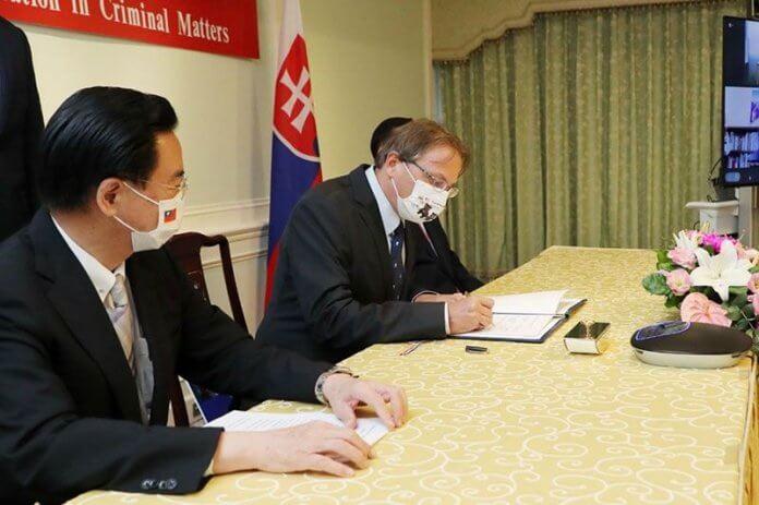Foto: Tajvanski zunanji minister Jaushieh Joseph Wu (levo) in predstavnik Slovaške Martin Podstavek ob podpisovanju sporazuma (MOFA)